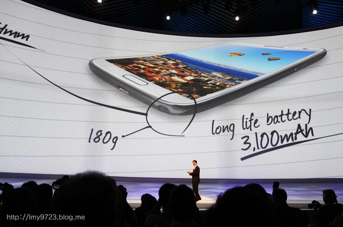 갤럭시 노트2의 180g의 무게와 3100mAh 베터리를 설명하고 있다