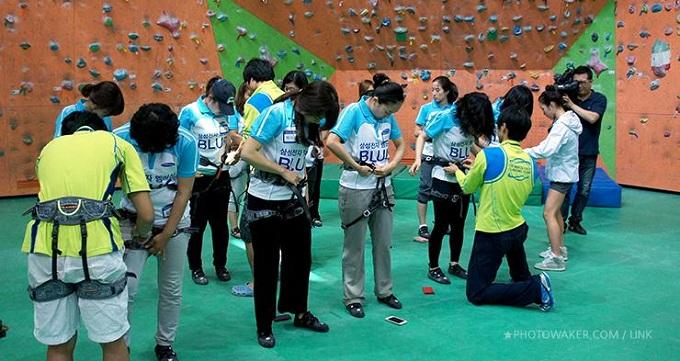 참가자들 한 명 한 명의 안전벨트를 점검해주는 코치님들과 김자인 선수