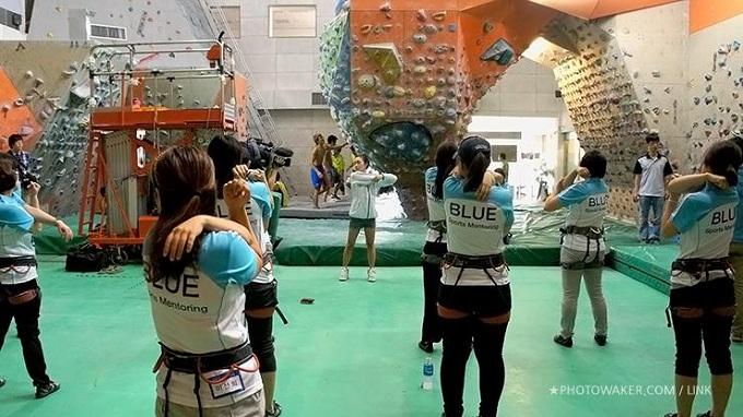 스트레칭하는 김자인선수와 참가자들