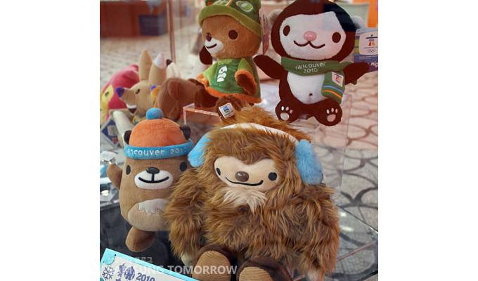 벤쿠버 동계 올림픽 마스코트, 위에서부터 시계방향으로 수미, 미가, 콰치, 무크무크