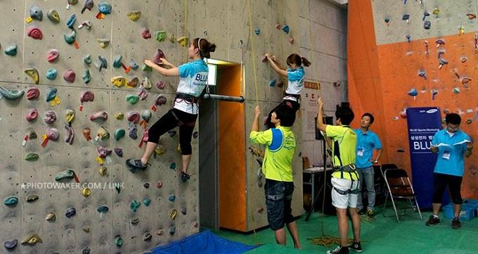 참가자들의 암벽등반 체험