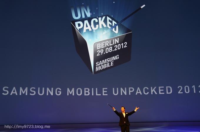 MC가 삼성 모바일 언팩 행사의 시작을 알리고 있다