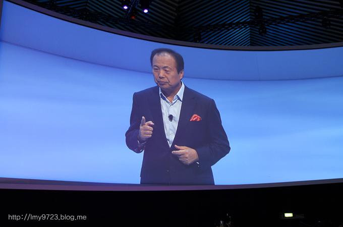 삼성전자 모바일 사업부 신종균 사장이 무대 위에 올라와 연설을 하고 있다