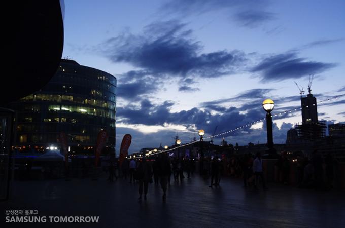 런던브리지와 타워브리지의 야경을 즐기는 수 많은 사람들