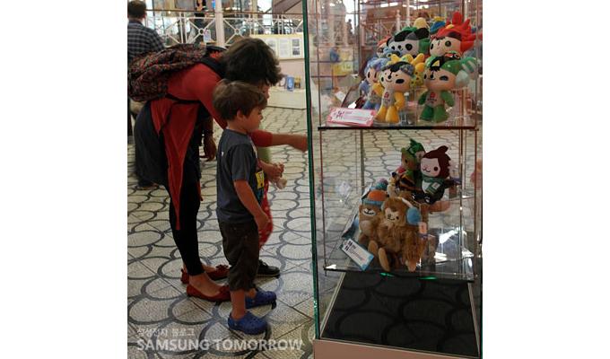 마스코트를 보는 어린이와 어머니