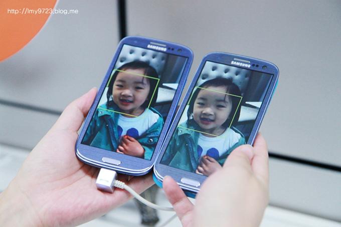 아이사진이 있는 두개의 스마트폰