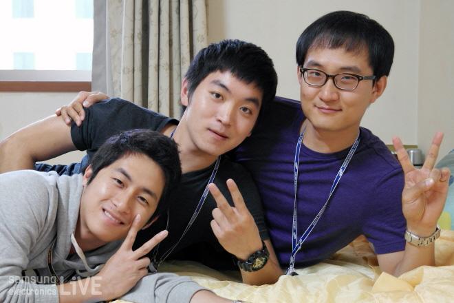 침대에 누워서 브이하는 세 남자