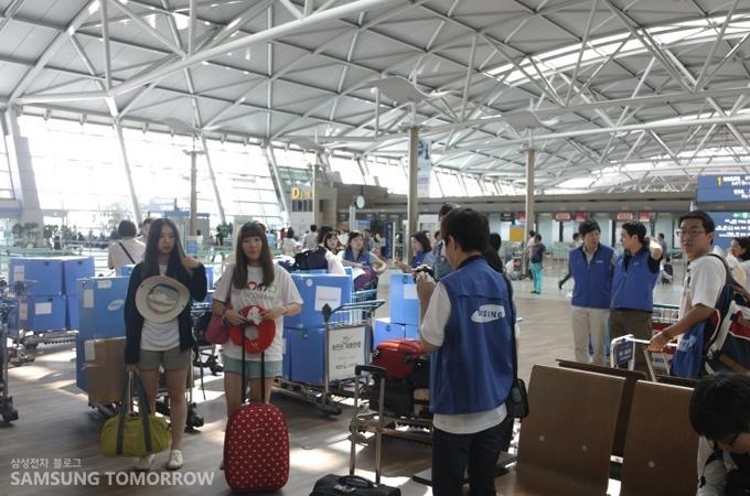 공항에 모여있는 삼성 글로벌 대학생 봉사단