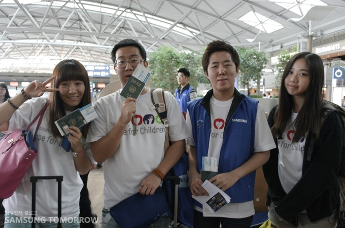 공항에서 기념사진을 찍은 대학생 봉사단들