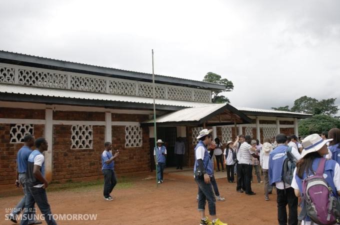 카메룬 비봉비둠 마을의 한 유치원 앞에 모인 봉사단