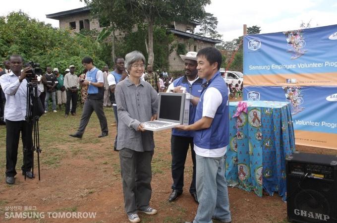 삼성서울병원에서 기부한 의료기기를 전해 받고 있는 비봉비둠 마을 유치원의 원장님