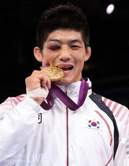 금메달을 몰고 있는 김현우 선수