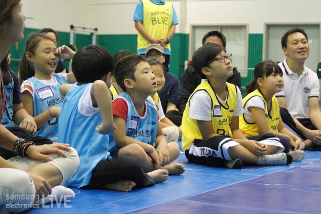행사에 참여한 어린이들이 호기심 어린 눈으로 바라보고 있다