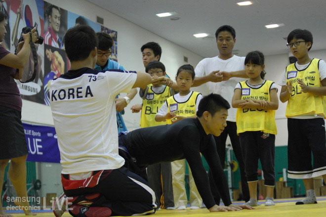 레슬링을 배우고 있는 어린이들