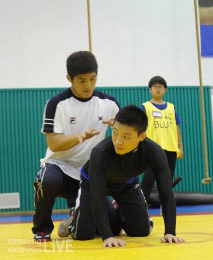 레슬링 시범을 보이는 김현우 선수
