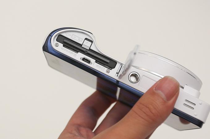 삼성 갤럭시 카메라의 배터리 SD카드 수납부
