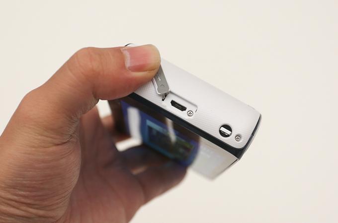 삼성 갤럭시 카메라의 단자부 덮개를 연 모습