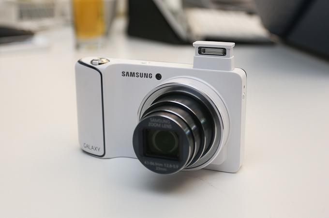 삼성 갤럭시 카메라의 내장 스트로브가 돌출된 모습