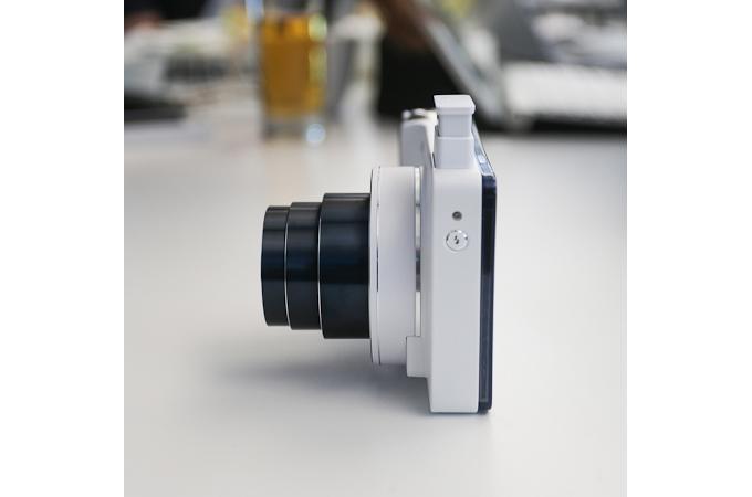 삼성 갤럭시 카메라의 내장 스트로브가 돌출된 상태의 측면 모습