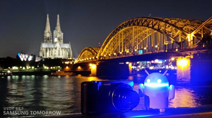 독일을 야경을 배경으로 찍은 안드로보이와 삼성 카메라