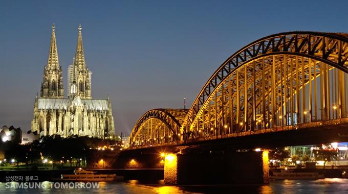 라인 강 건너에서 바라본 독일 쾰른의 야경 명소인 쾰른 대성당과 호엔촐레른 다리