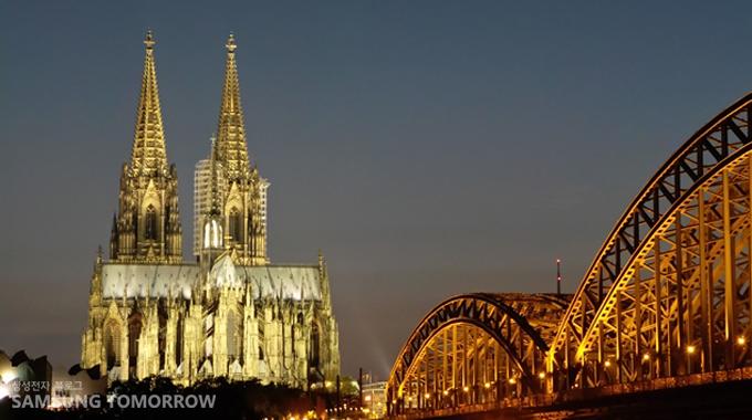 줌을 당겨서 찍은 쾰른 대성당과 호엔촐레른 다리