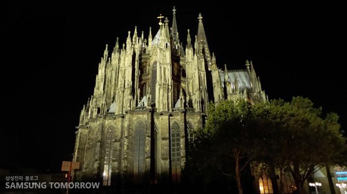 Smart Night 모드로 찍은 쾰른 대성당