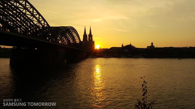 강에서 찍은 독일 대성당의 일몰사진