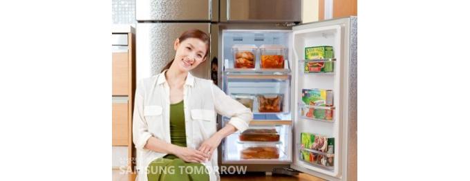 김치가 가득 보관된 냉장고 앞에서 포즈를 취한 발레리나 김주원