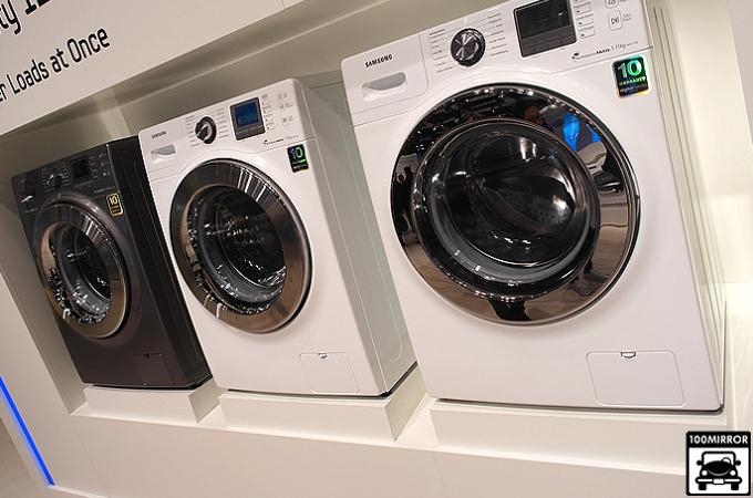 삼성 세탁기가 전시되어 있다
