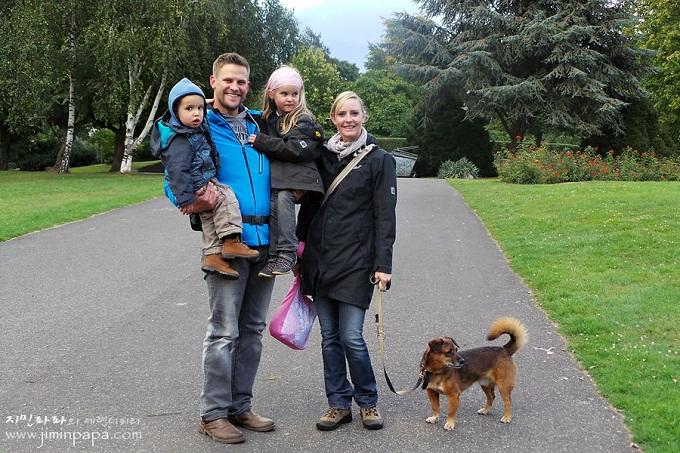 공원에서 산책하는 가족의 사진