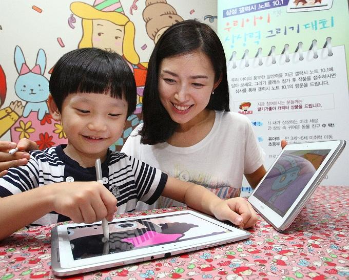 갤럭시 노트 10.1로 그림을 그리는 아이
