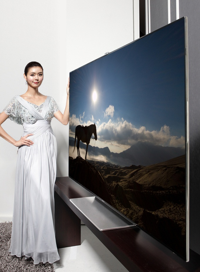 스마트TV ES9010을 선보이고 있는 모델의 모습