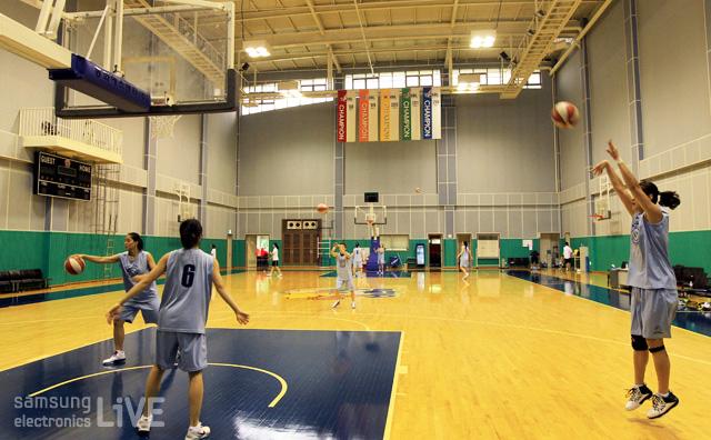 농구코트에서 훈련중인 선수들의 모습