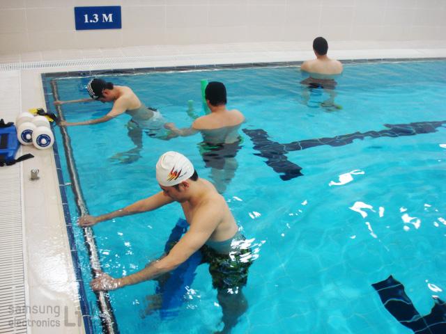 수영장에서 훈련중인 선수들의 모습