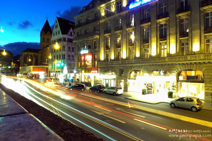 빛줄기 모드로 찍은 독일 도로의 야경
