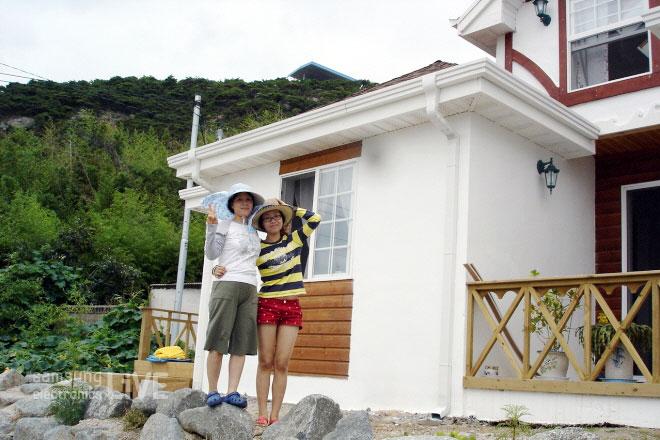 집앞에서 찍은 송영헌 부장의 아내와 그의 딸