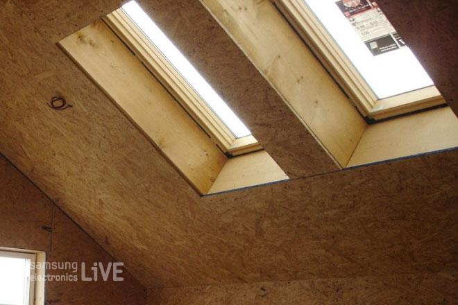 작은 창이 있는 다락방 천장