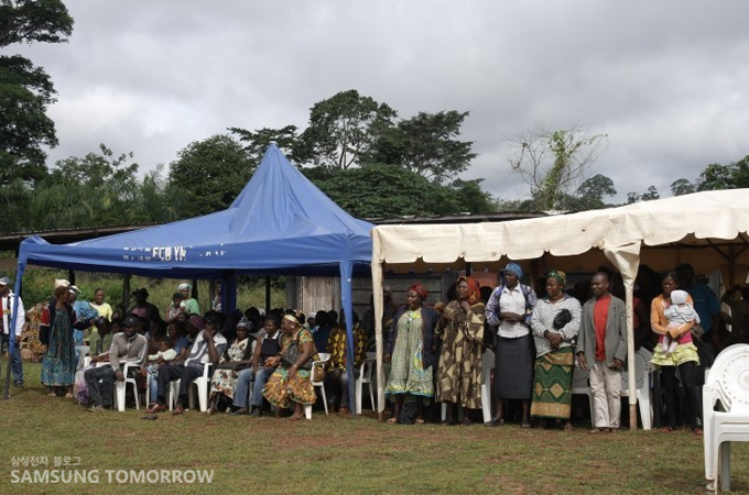 터 삼성전자 메디컬팀의 진료를 받기 위해 모여든 비봉비둠 마을의 많은 주민