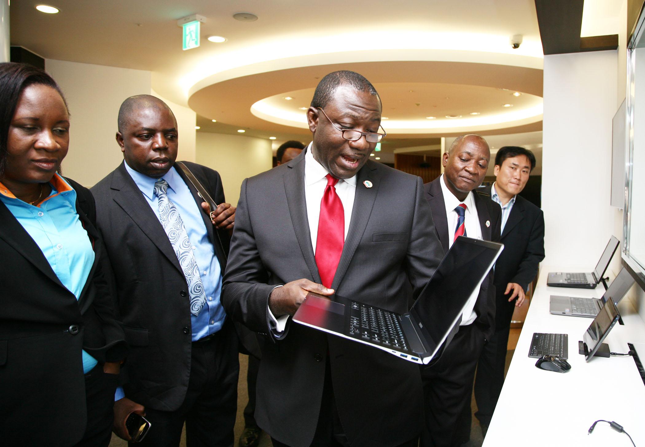삼성노트북을 보고 있는 나이지리아 정부