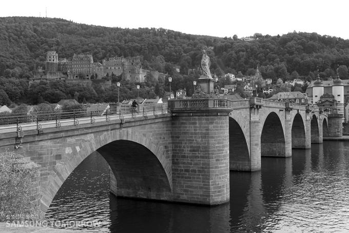 NX1000의 흑백 필터로 촬영한 넥카 강의 옛 다리