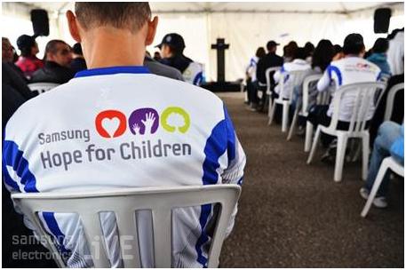 """""""삼성:Hope For Children"""" T 셔츠를 입고 있는 직원들"""