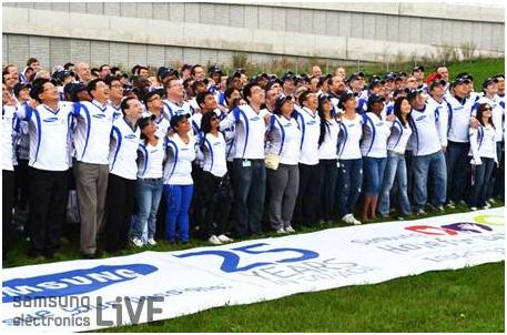 400명의 임직원들 단체 사진