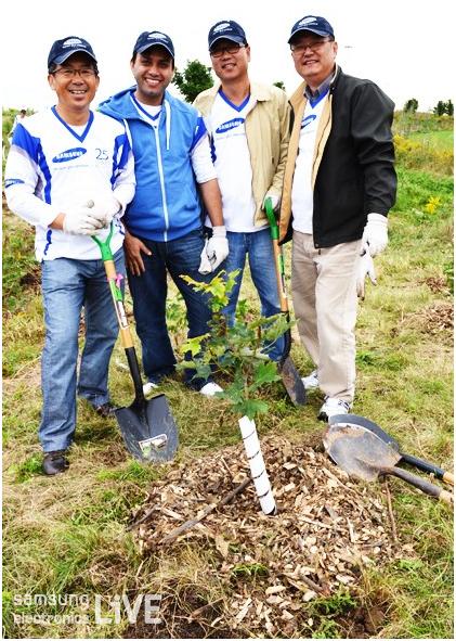나무를 심고 있는 직원들의 기념사진