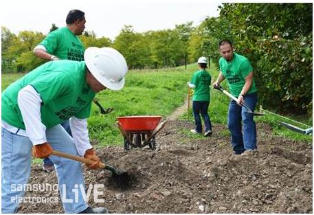 나무심기행사에 참여한 직원들의 모습
