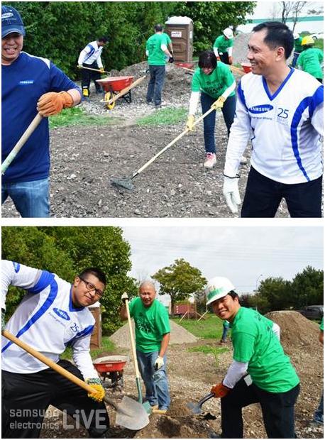 자갈을 골라내고 더러운 흙을 손수레로 빼내는 작업을 하고 있는 직원들