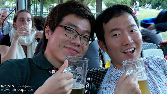 예쁜얼굴모드로 보정된 블로거와 친구를 찍은 사진