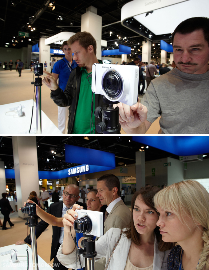 갤럭시카메라를 체험하는 사람들의 모습