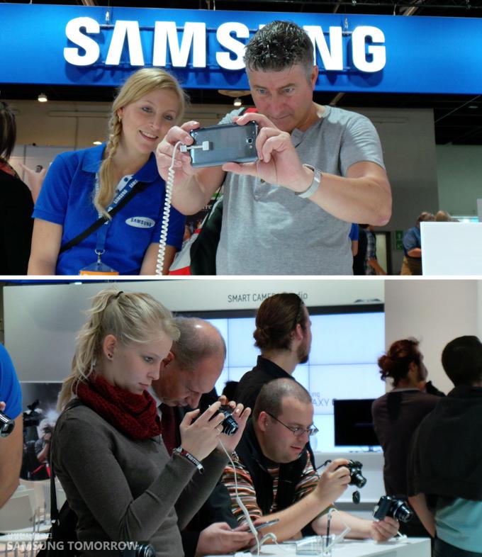 갤럭시 카메라를 체험하는 사람들