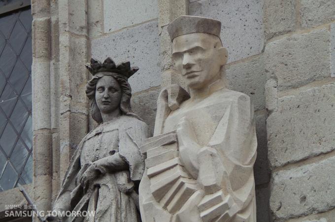 21배 줌인을 한 후에도 선명하게 보이는 성당의 조각들